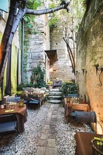 le-bec-a-vin-courtyard-uzes-france-conde-nast-traveller-15sept14-james-bedford